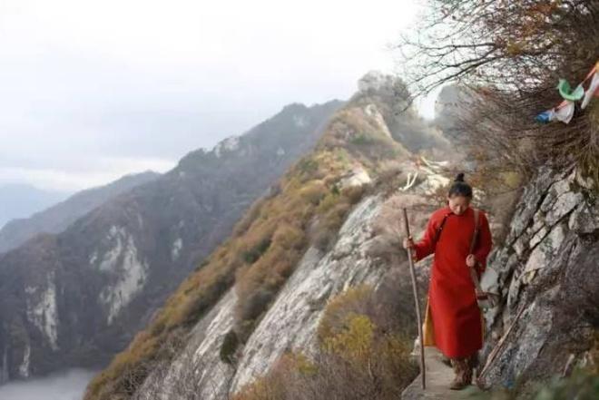 Yêu thích cuộc sống tĩnh lặng trên núi, cô gái 23 tuổi tự tay dựng ngôi nhà nhỏ, trồng rau, sống an nhàn những ngày thanh xuân - Ảnh 4.