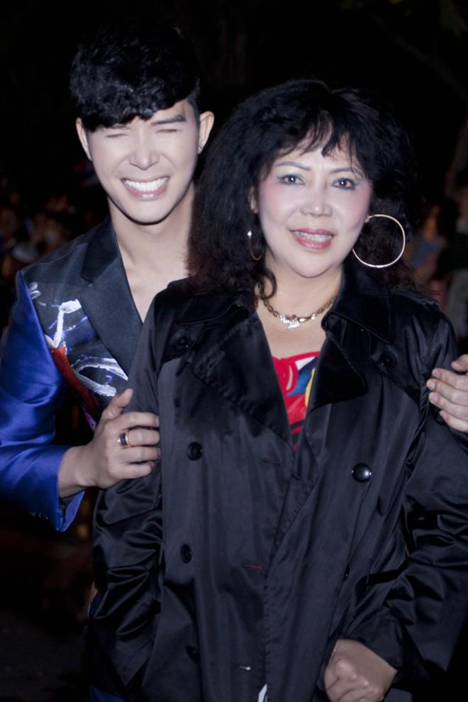 Nathan Lee hạnh phúc khi được mẹ từ Pháp về để hộ tống đi diễn - Ảnh 6.
