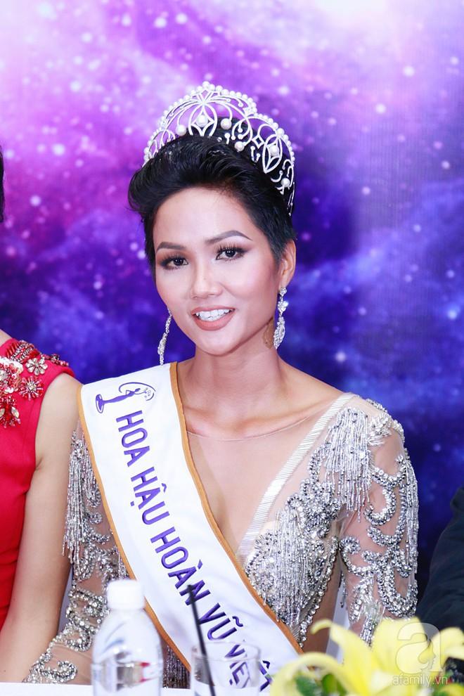 """Hành động """"lạ"""" của Hoàng Thùy sau khi HHen Niê đăng quang ngôi vị Hoa hậu Hoàn vũ Việt Nam 2017 - Ảnh 2."""