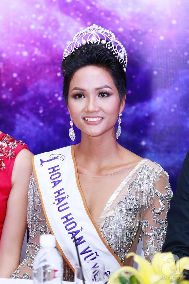 """Hành động """"lạ"""" của Hoàng Thùy sau khi HHen Niê đăng quang ngôi vị Hoa hậu Hoàn vũ Việt Nam 2017 - Ảnh 5."""
