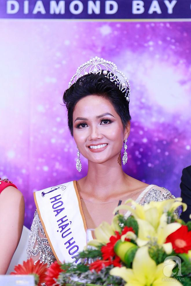 """Hành động """"lạ"""" của Hoàng Thùy sau khi HHen Niê đăng quang ngôi vị Hoa hậu Hoàn vũ Việt Nam 2017 - Ảnh 9."""
