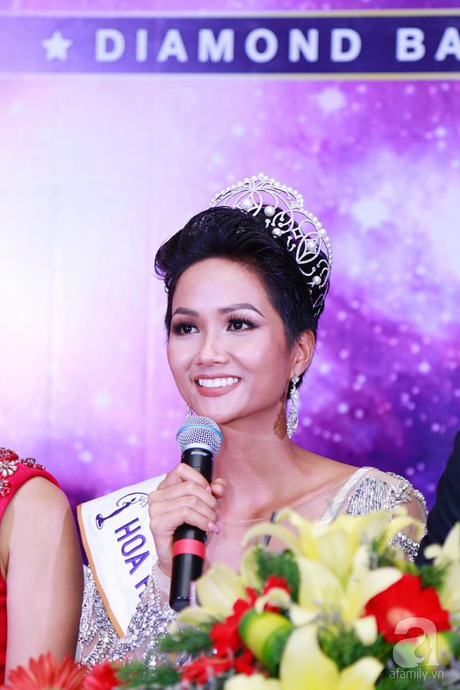 """Hành động """"lạ"""" của Hoàng Thùy sau khi HHen Niê đăng quang ngôi vị Hoa hậu Hoàn vũ Việt Nam 2017 - Ảnh 10."""