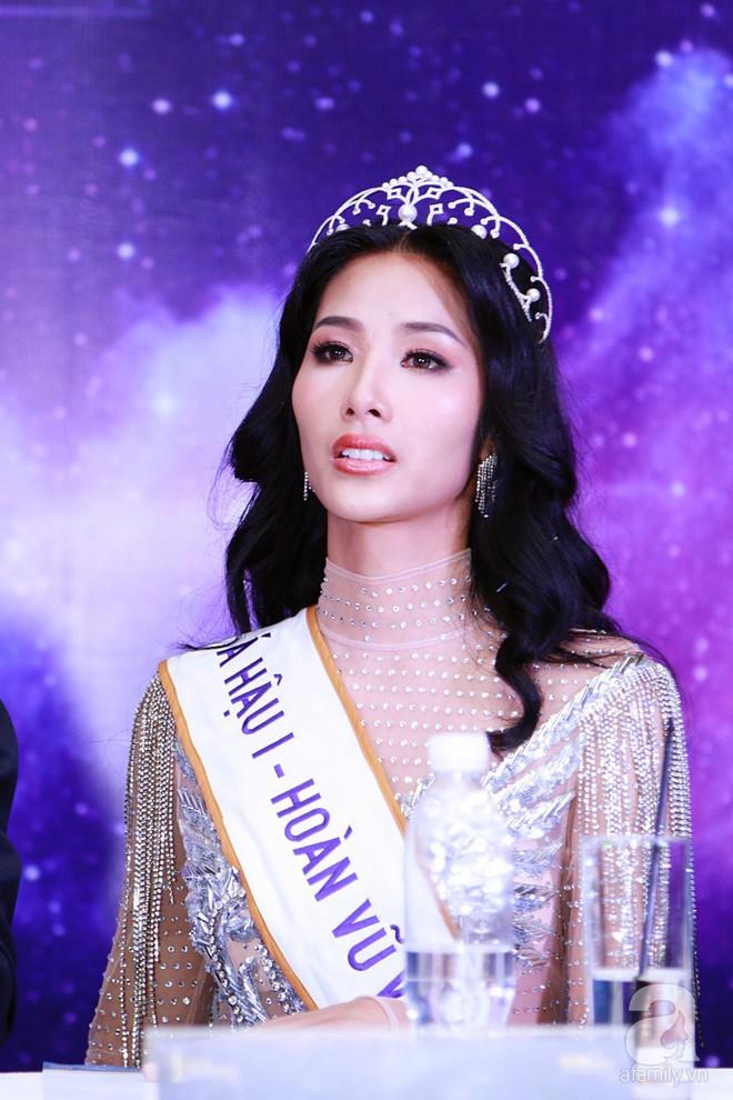 """Hành động """"lạ"""" của Hoàng Thùy sau khi HHen Niê đăng quang ngôi vị Hoa hậu Hoàn vũ Việt Nam 2017 - Ảnh 13."""