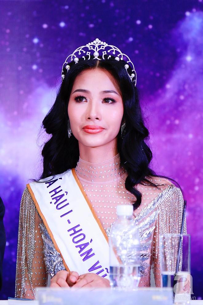 """Hành động """"lạ"""" của Hoàng Thùy sau khi HHen Niê đăng quang ngôi vị Hoa hậu Hoàn vũ Việt Nam 2017 - Ảnh 18."""