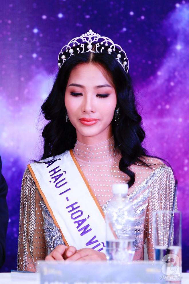 """Hành động """"lạ"""" của Hoàng Thùy sau khi HHen Niê đăng quang ngôi vị Hoa hậu Hoàn vũ Việt Nam 2017 - Ảnh 4."""