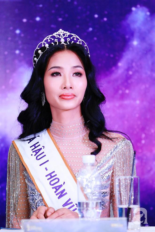 """Hành động """"lạ"""" của Hoàng Thùy sau khi HHen Niê đăng quang ngôi vị Hoa hậu Hoàn vũ Việt Nam 2017 - Ảnh 19."""