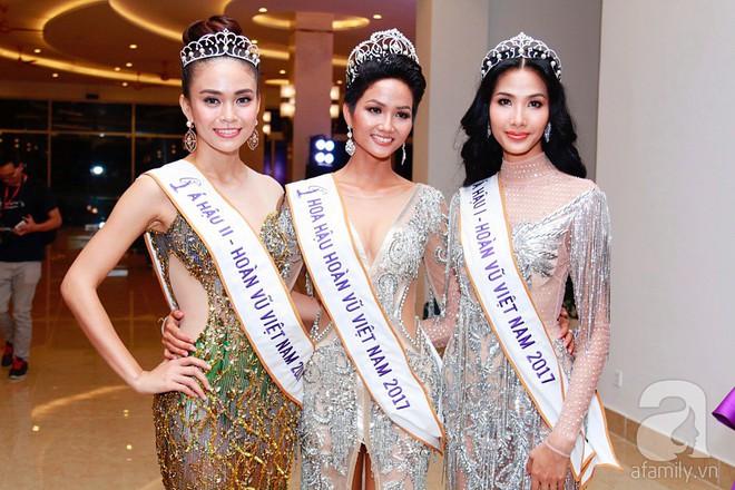 """Hành động """"lạ"""" của Hoàng Thùy sau khi HHen Niê đăng quang ngôi vị Hoa hậu Hoàn vũ Việt Nam 2017 - Ảnh 1."""