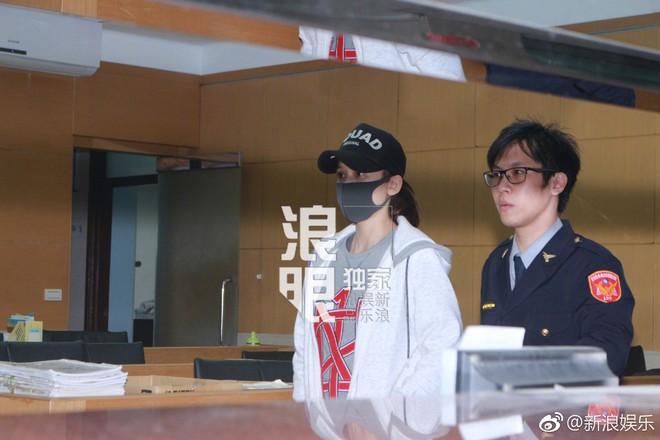 Trần Kiều Ân mệt mỏi xuất hiện tại sở cảnh sát, mang gần 80 triệu đi nộp phạt thì bị rơi vãi - Ảnh 3.