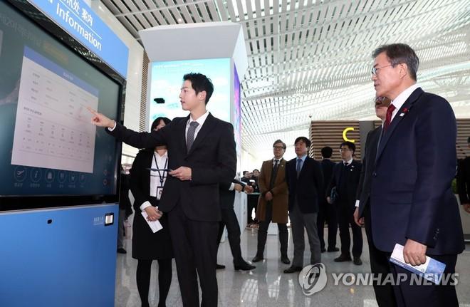 Vừa trở về sau chuyến du lịch cùng vợ yêu, Song Joong Ki đã bận rộn đi sự kiện cùng Tổng thống Hàn - Ảnh 6.