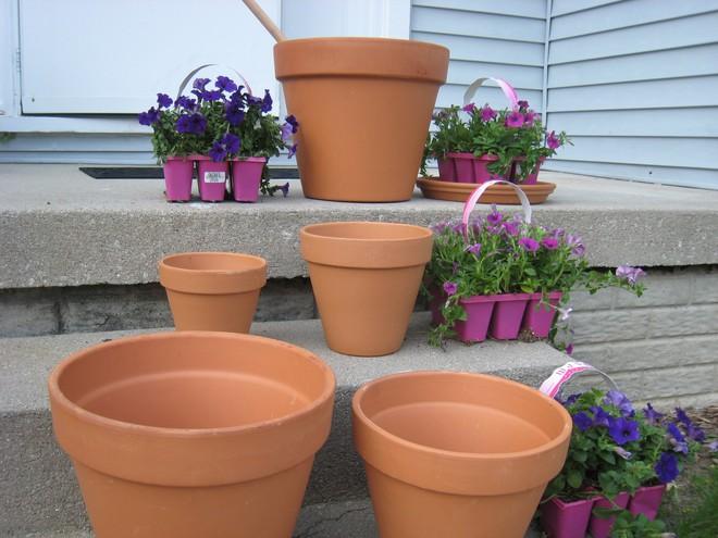 Cách đơn giản và dễ làm để tạo tháp chậu cây cho khu vườn hay hiên nhà bạn thêm sinh động - Ảnh 2.