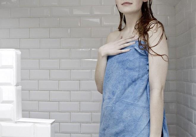 Để vùng kín không bị viêm nhiễm thì ngay sau khi tắm bạn cần làm ngay việc này - Ảnh 2.