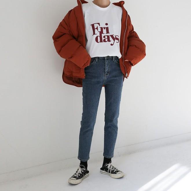 Nếu đang định sắm skinny jeans, bạn đừng mua loại bó chịt mà hãy chọn dáng ôm vừa phải như thế này mới là đúng mốt 2018 - Ảnh 3.