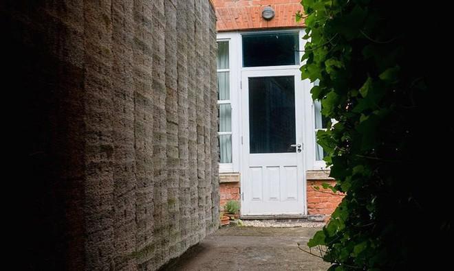 Độc đáo căn nhà được làm từ hơn 500 cây chổi dừa - Ảnh 3.