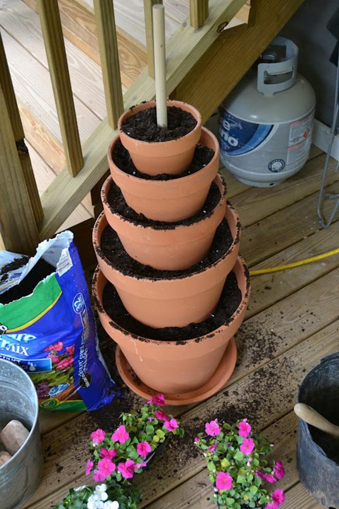 Cách đơn giản và dễ làm để tạo tháp chậu cây cho khu vườn hay hiên nhà bạn thêm sinh động - Ảnh 5.