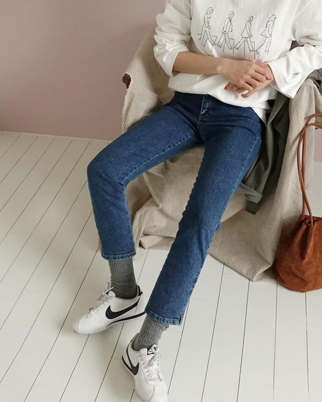 Nếu đang định sắm skinny jeans, bạn đừng mua loại bó chịt mà hãy chọn dáng ôm vừa phải như thế này mới là đúng mốt 2018 - Ảnh 5.