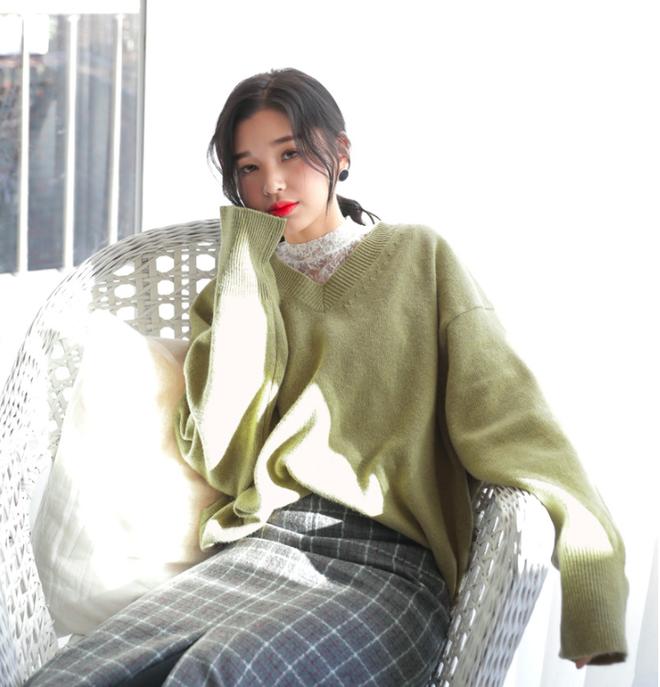 Thêm một cách diện layer áo len/áo nỉ cực xinh cho các nàng nữ tính - Ảnh 1.