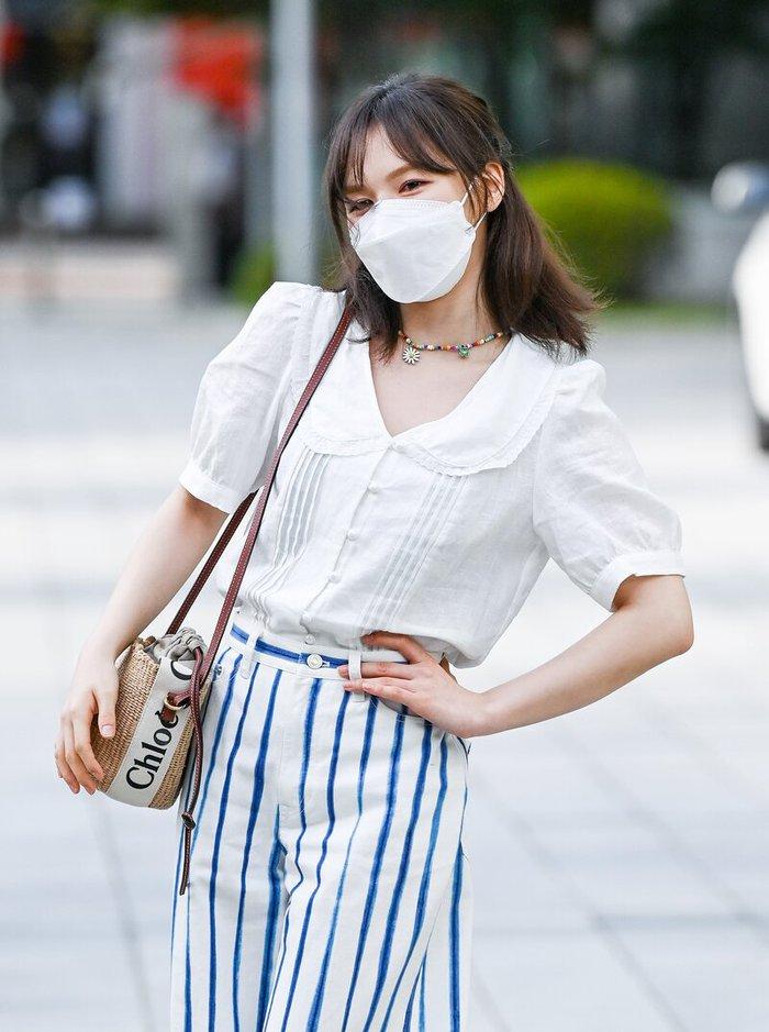 Mặc áo blouse đẹp như Red Velvet: 13 cách mix đơn giản nhưng trẻ trung, chuẩn sang xịn mịn - Ảnh 2.