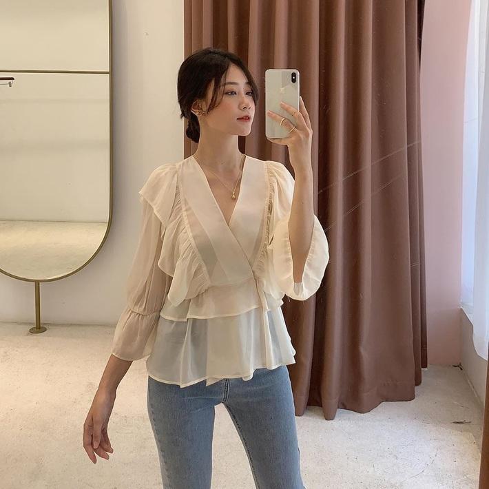 Chỉ bỏ ra từ 300k, các nàng đã sắm được áo blouse tiểu thư đẹp mê để đi cà phê trà bánh sống ảo cuối tuần - Ảnh 1.