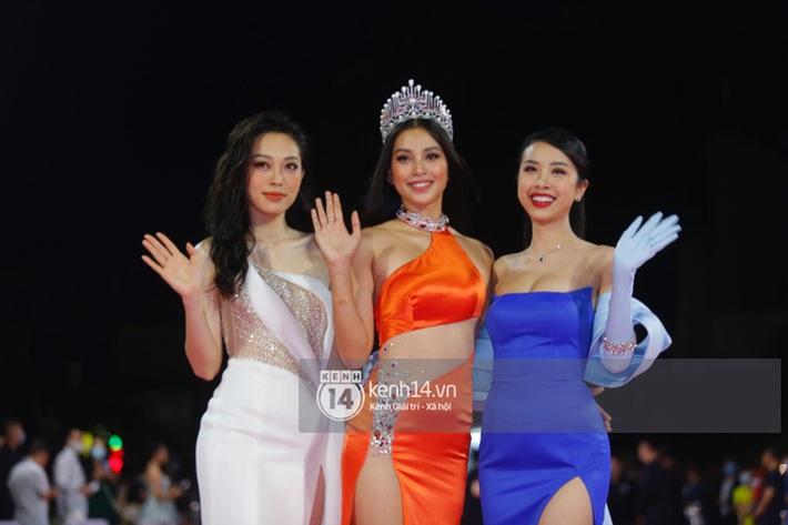 Hết nhiệm kỳ Hoa hậu, Tiểu Vy quất luôn bộ váy hở bạo nhất nhưng cũng là... xấu nhất từ trước đến nay - Ảnh 1.