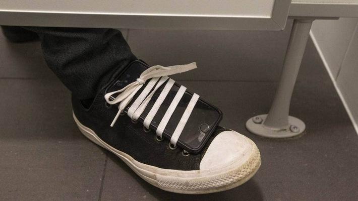 Đôi giày kỳ lạ tố cáo sở thích bệnh hoạn kéo dài 10 năm của bác sĩ Singapore - Ảnh 1.