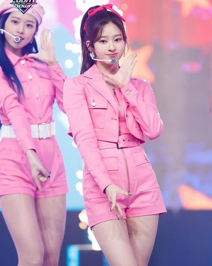 """Băng đô, chun buộc tóc nơ to """"lên ngôi"""" xuân này: Sao Hàn ai cũng diện, đáng nể nhất Irene vì """"hack tuổi"""" liên hoàn - Ảnh 9."""