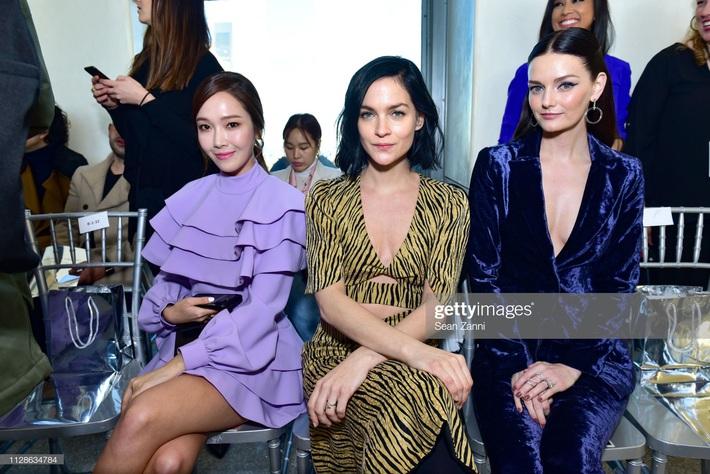 Sao Âu Á đọ style chung khung hình tại Fashion Week: Sao Á không ít lần bị dìm nhưng vẫn có những màn phản đòn khiến fan nở mày nở mặt - Ảnh 4.