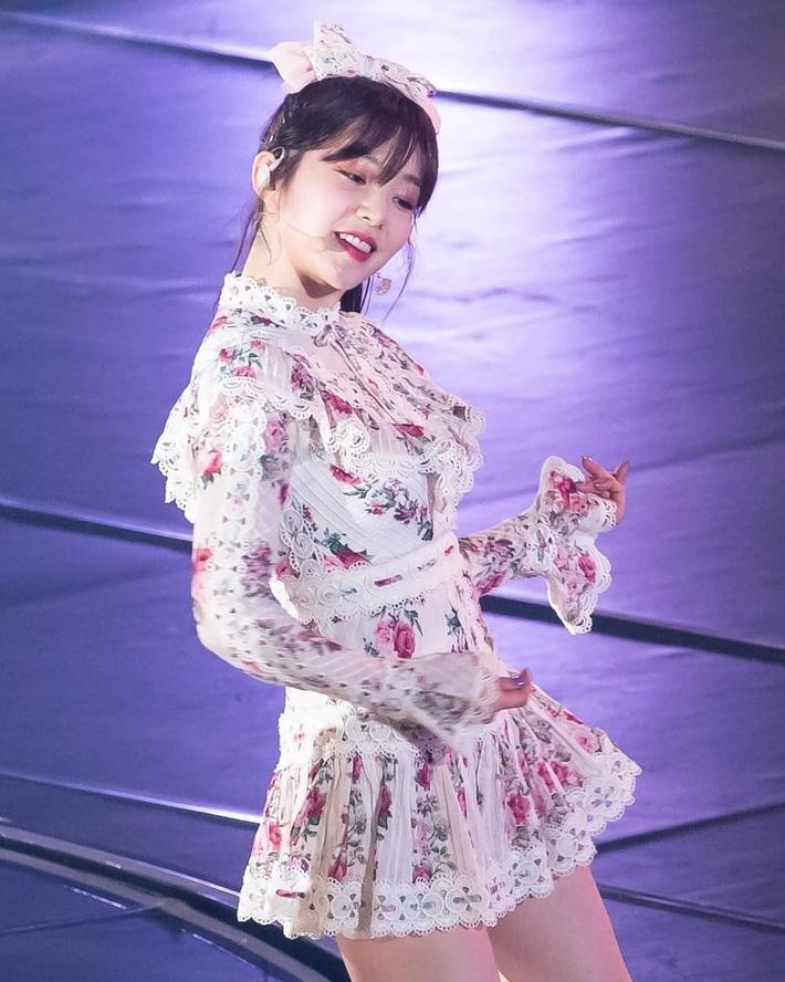 """Băng đô, chun buộc tóc nơ to """"lên ngôi"""" xuân này: Sao Hàn ai cũng diện, đáng nể nhất Irene vì """"hack tuổi"""" liên hoàn - Ảnh 2."""