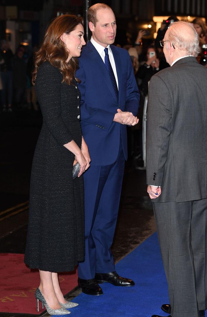 Công nương Kate thật khéo lấy lòng công chúng, hôm trước vừa đi giày hiệu 16 triệu, hôm sau đã sửa sai với đôi giày 800k - Ảnh 2.