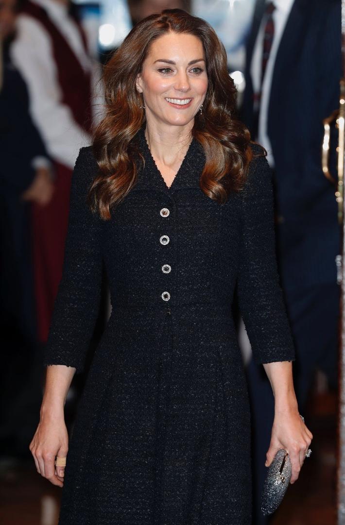 Công nương Kate thật khéo lấy lòng công chúng, hôm trước vừa đi giày hiệu 16 triệu, hôm sau đã sửa sai với đôi giày 800k - Ảnh 1.