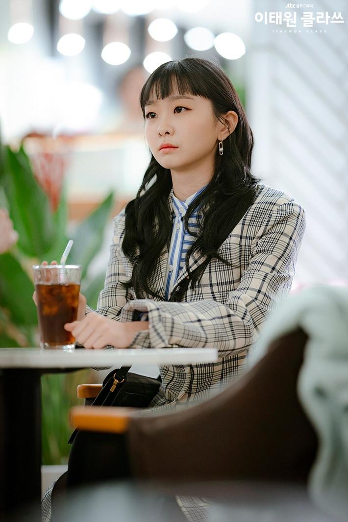 """Style công sở """"nửa nạc nửa mỡ"""" của Kim Da Mi: Đa phần sang chảnh bất ngờ nhưng vẫn lọt hố vài bộ khó cảm - Ảnh 5."""