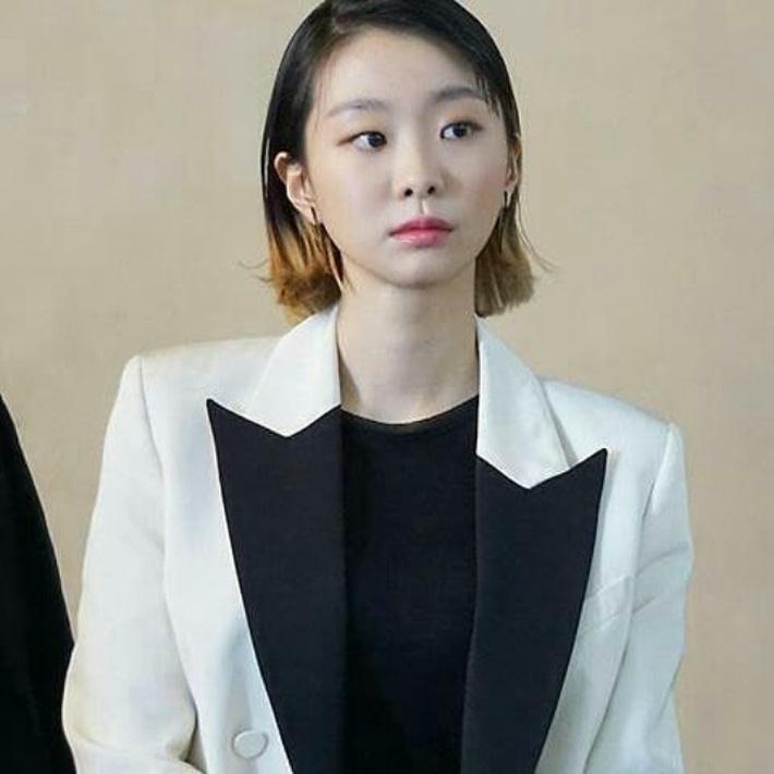 """Style công sở """"nửa nạc nửa mỡ"""" của Kim Da Mi: Đa phần sang chảnh bất ngờ nhưng vẫn lọt hố vài bộ khó cảm - Ảnh 4."""