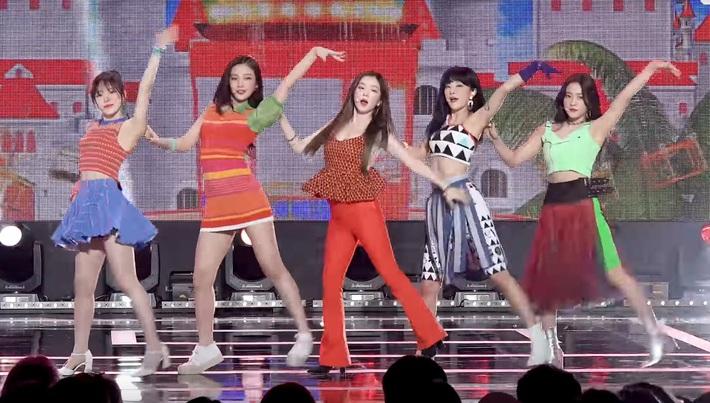 Điểm danh 17 outfit biểu diễn của hội idol bị netizen Hàn ghét cay ghét đắng, đến Black Pink cũng dính chưởng - Ảnh 3.