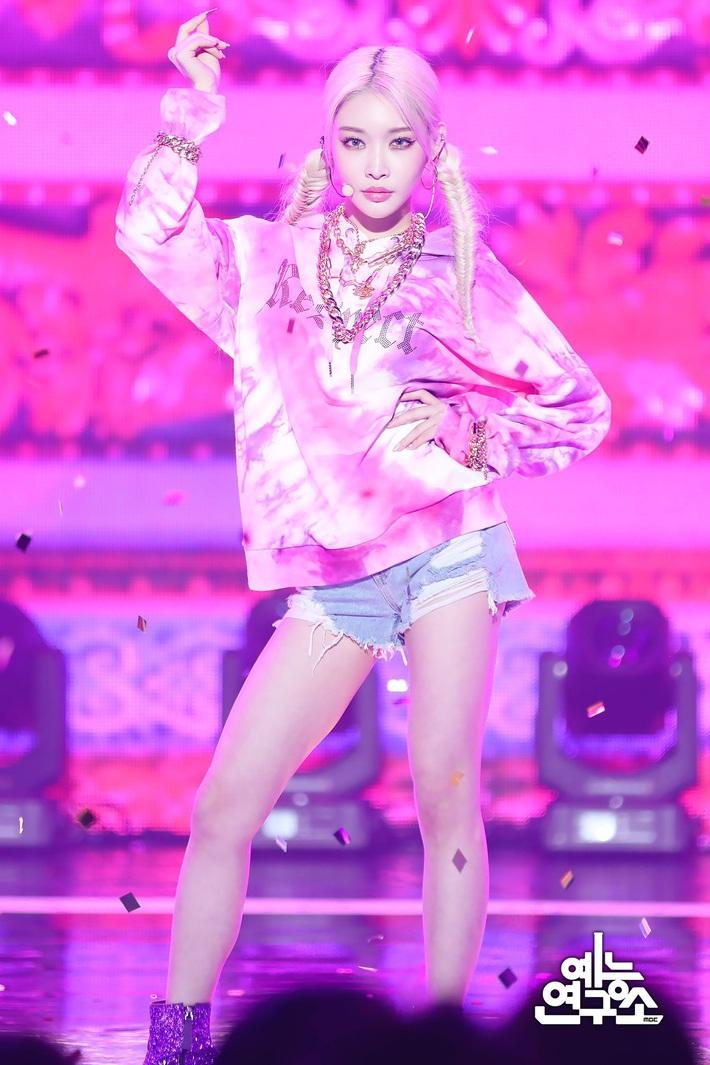 Điểm danh 17 outfit biểu diễn của hội idol bị netizen Hàn ghét cay ghét đắng, đến Black Pink cũng dính chưởng - Ảnh 15.
