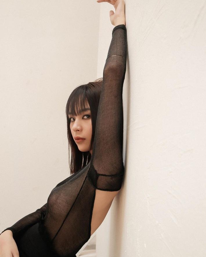 Rất lâu sau Angela Phương Trinh mới có thêm Phí Phương Anh bạo gan thả rông và khoe miếng dán ngực thế này - Ảnh 2.