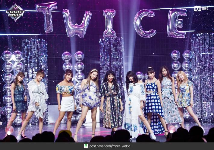 Điểm danh 17 outfit biểu diễn của hội idol bị netizen Hàn ghét cay ghét đắng, đến Black Pink cũng dính chưởng - Ảnh 4.