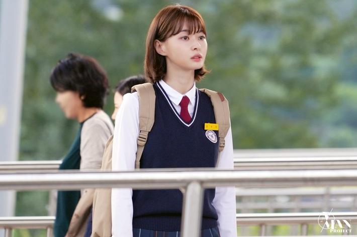 Dàn mỹ nhân tuổi băm Kbiz diện đồng phục mà trẻ xinh như nữ sinh cấp 3, nhan sắc thậm chí không có dấu hiệu lão hóa - Ảnh 2.