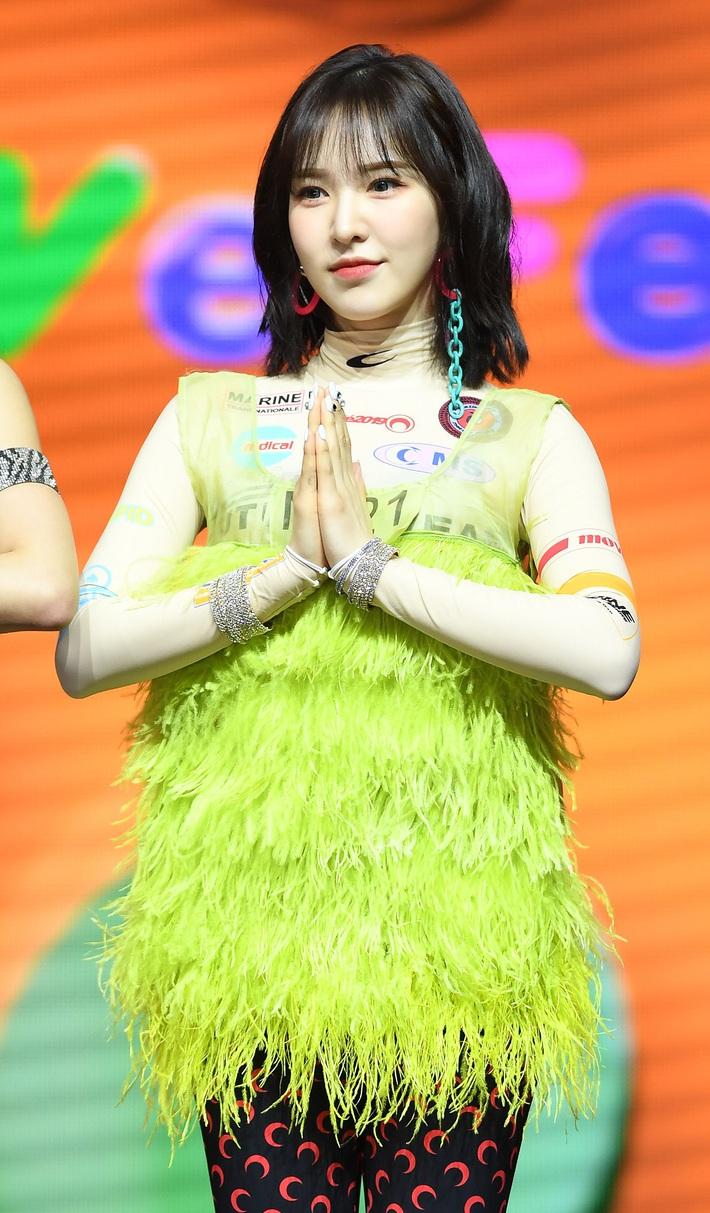 10 lần idol Hàn lên đồ khó cảm khiến netizen tự hỏi có stylist để chi - Ảnh 1.