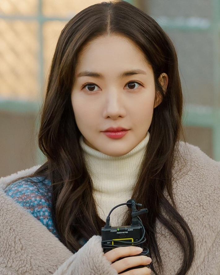 """Toang như Park Min Young trong phim mới: Tóc mái mưa """"ngố tàu"""" phản chủ lại thêm style vẽ eyeliner dìm sắc - Ảnh 6."""
