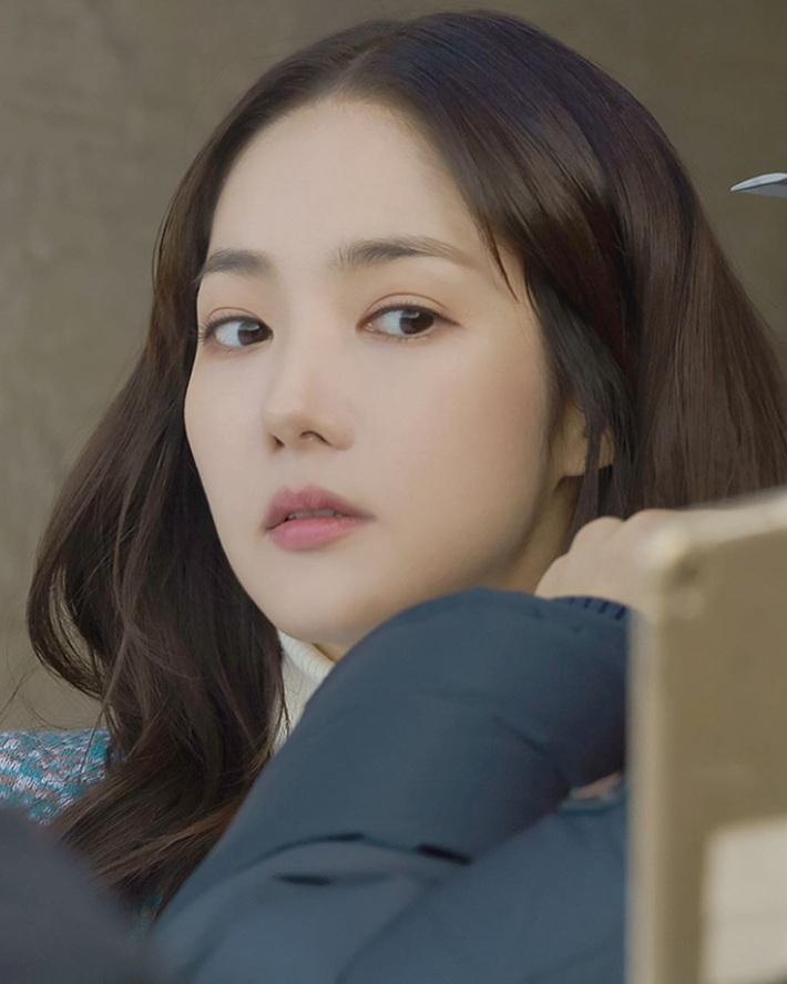"""Toang như Park Min Young trong phim mới: Tóc mái mưa """"ngố tàu"""" phản chủ lại thêm style vẽ eyeliner dìm sắc - Ảnh 7."""