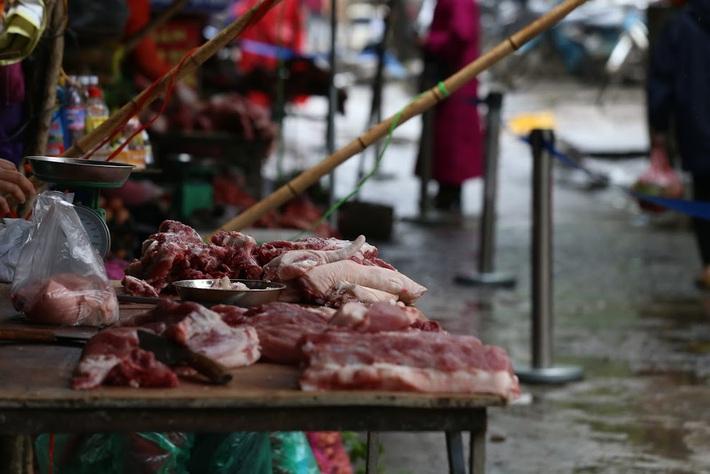 Giá thịt heo chỉ rẻ trên ti vi, Bộ Công Thương nói gì? - Ảnh 1.