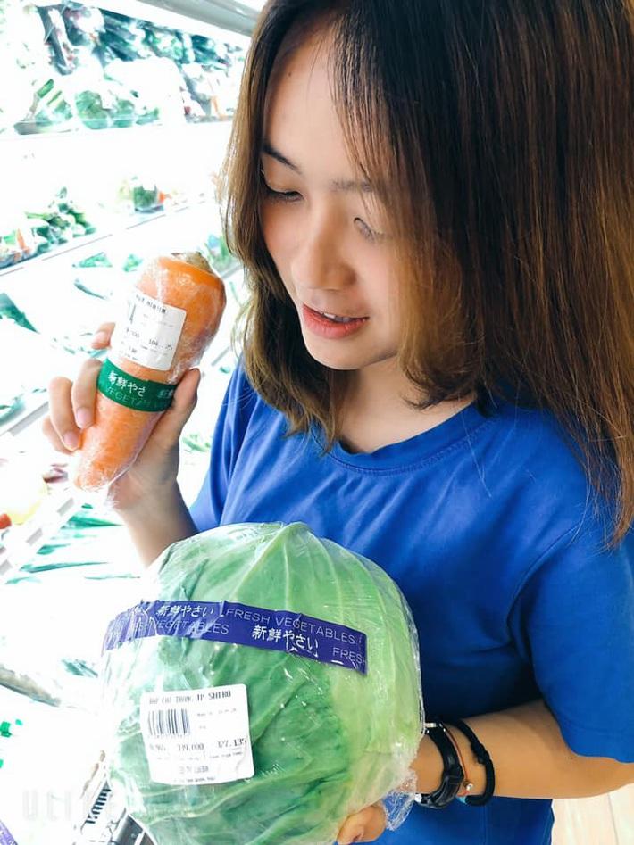 """Lần đầu trải nghiệm siêu thị Nhật tại Việt Nam, cô gái """"sốc"""" trước mức giá rau củ ngoại nhập: Món rẻ nhất cũng từ hàng trăm nghìn trở lên? - Ảnh 6."""