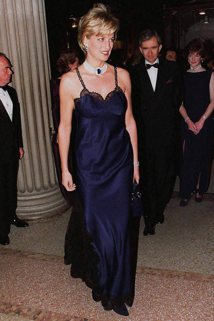 24 năm trước, Công nương Diana từng khiến cả thế giới phải sốc khi cả gan diện váy 2 dây sexy phá luật hoàng gia đến Met Gala - Ảnh 1.