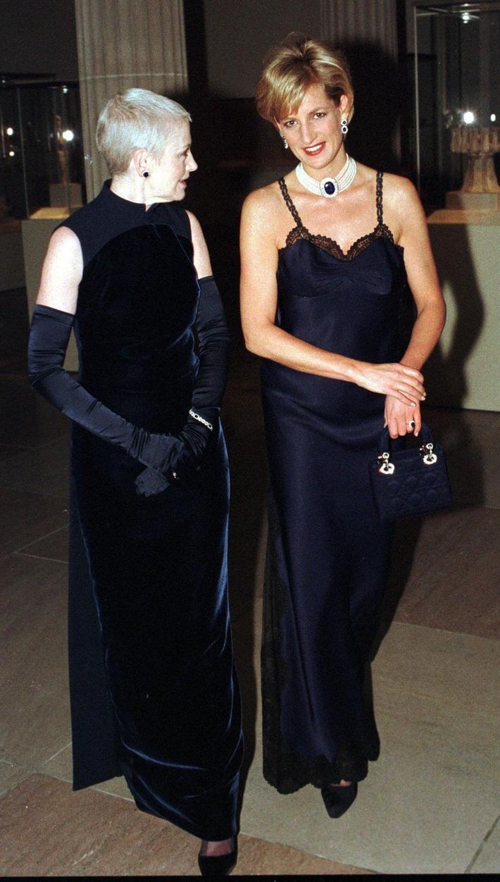 24 năm trước, Công nương Diana từng khiến cả thế giới phải sốc khi cả gan diện váy 2 dây sexy phá luật hoàng gia đến Met Gala - Ảnh 2.