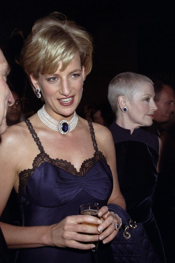 24 năm trước, Công nương Diana từng khiến cả thế giới phải sốc khi cả gan diện váy 2 dây sexy phá luật hoàng gia đến Met Gala - Ảnh 3.