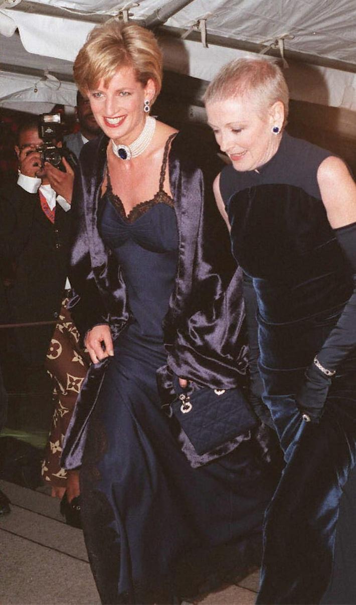 24 năm trước, Công nương Diana từng khiến cả thế giới phải sốc khi cả gan diện váy 2 dây sexy phá luật hoàng gia đến Met Gala - Ảnh 4.
