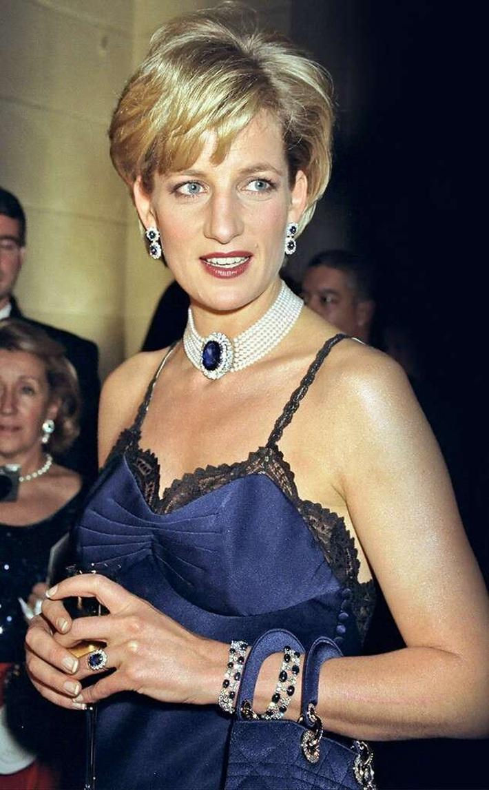 24 năm trước, Công nương Diana từng khiến cả thế giới phải sốc khi cả gan diện váy 2 dây sexy phá luật hoàng gia đến Met Gala - Ảnh 5.