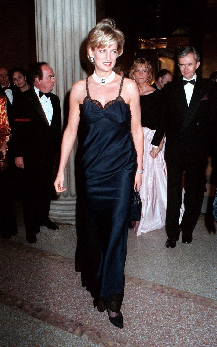 24 năm trước, Công nương Diana từng khiến cả thế giới phải sốc khi cả gan diện váy 2 dây sexy phá luật hoàng gia đến Met Gala - Ảnh 6.
