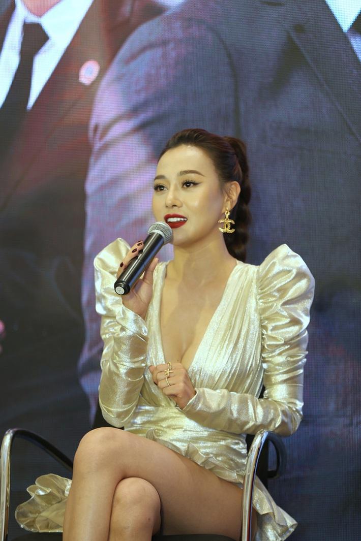 Nhìn bộ váy ngắn nhạy cảm của Phương Oanh Quỳnh Búp Bê mới thấy êkip Việt nên học hỏi người Hàn ở khoản tinh tế - Ảnh 2.