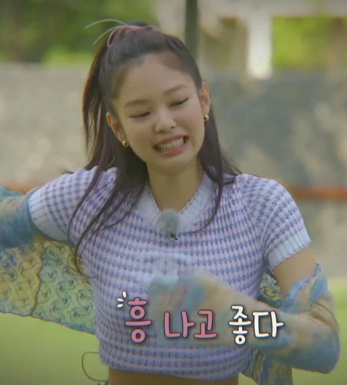 Bất ngờ chưa: Cùng diện áo bình dân, Jennie mix đồ kín bưng thua đẹp đàn chị Taeyeon ở khoản sexy - Ảnh 1.