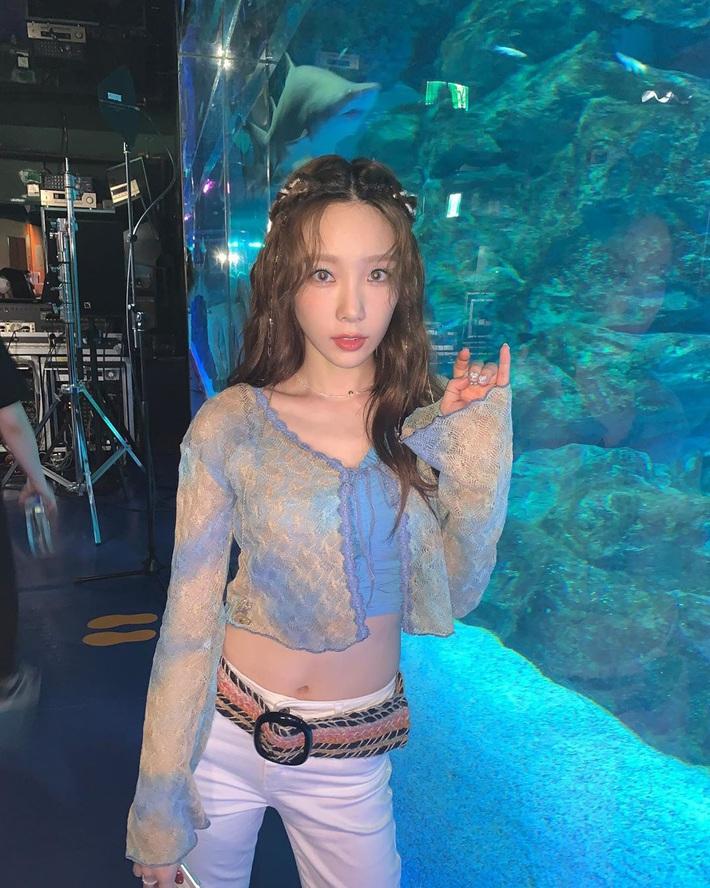 Bất ngờ chưa: Cùng diện áo bình dân, Jennie mix đồ kín bưng thua đẹp đàn chị Taeyeon ở khoản sexy - Ảnh 3.